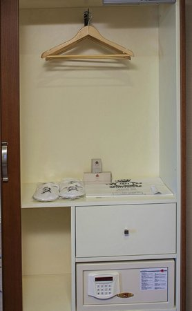 Dosso Dossi Hotel Old City: Laptop size Safe Box and all rooms amenities