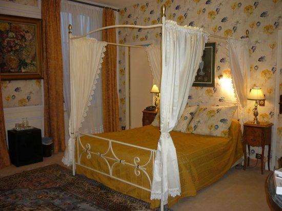 Hotel l'Ecrin: кровать  в старинном стиле