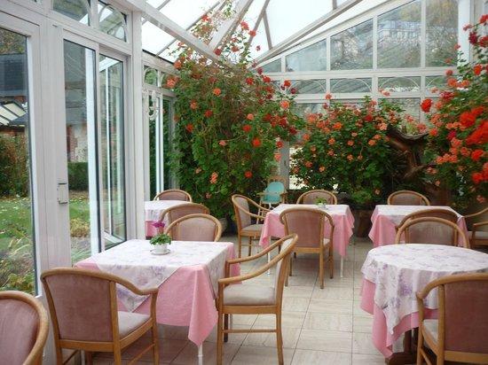 Hotel l'Ecrin: терасса для завтрака с зимним садом