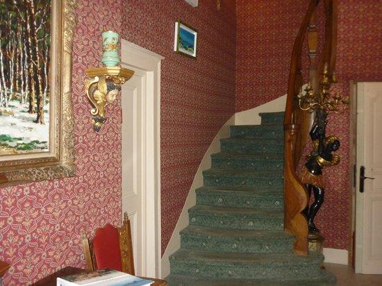 Hotel l'Ecrin: лестница на второй этаж к номеру