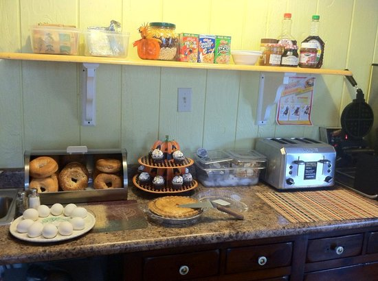 Flower Field Inn & Cottages: The cosy breakfast place.
