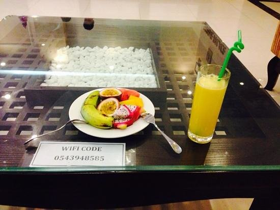 Hue Serene Palace Hotel: Welcome fruit and drinks
