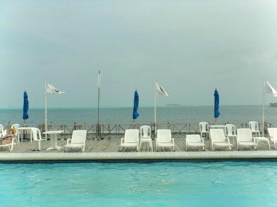 GHL Relax Hotel Sunrise: Piscina com Mar de 7 cores ao fundo