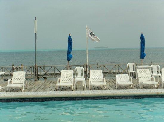 GHL Relax Hotel Sunrise: Mar ao fundo da piscina