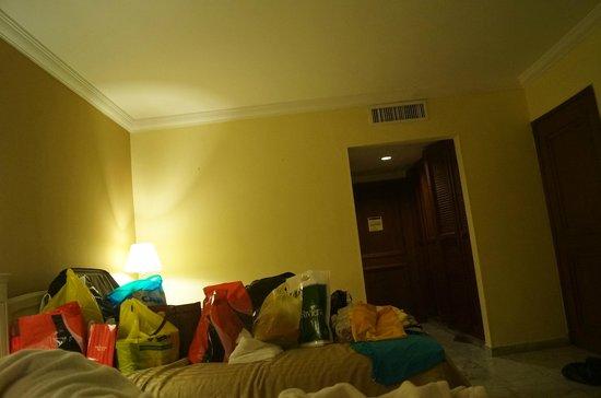 GHL Relax Hotel Sunrise : Quarto Enorme e Ar condicionado central que congela