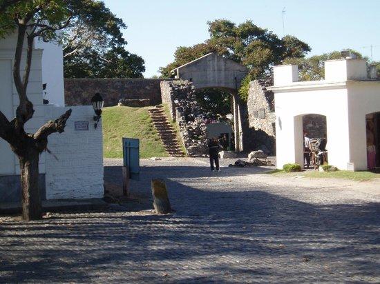 Puerta de la Ciudadela: Les vestiges des remparts et la Puerta depuis l'angle de la Plaza Mayor 25 de Mayo