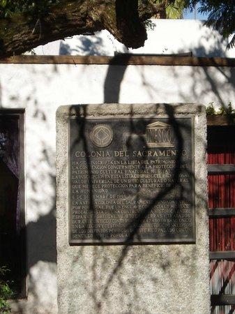 Puerta de la Ciudadela (Tor zur Altstadt): Plaque commémorative, Colonia del Sacramento étant inscrite au Patrimoine de l'humanité depuis 1