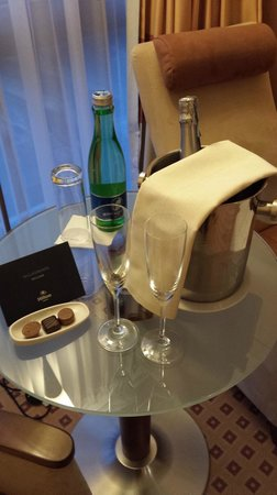 Hilton Vienna: Champagne & welcome card from the Hotel Manager :)