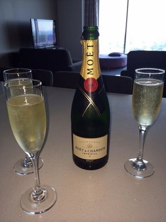 Meriton Serviced Apartments World Tower : A champagne location