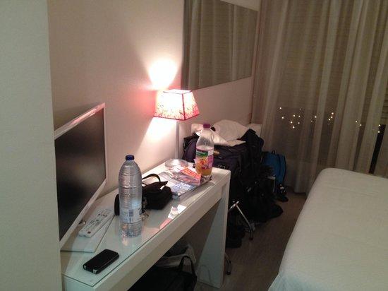 Hotel Sol-Park: La télé. Wifi gratuit inclus et frigo.