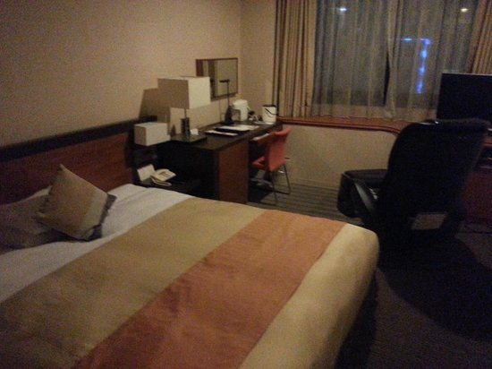 Dai-Ichi Hotel Annex: My smallish room with a comfortable bed and a desk