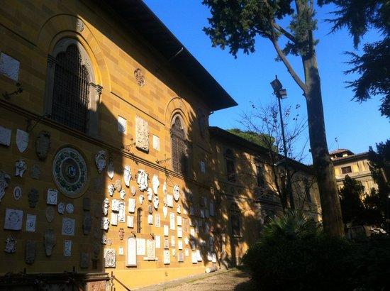 Stibbert Museum: Museo Stibbert a Firenze, veduta esterna con gli stemmi