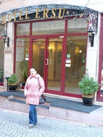 Ersu Hotel: вход в отель