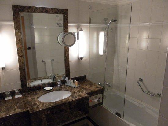 Radisson Blu Martinez Hotel, Beirut : Nice bathroom