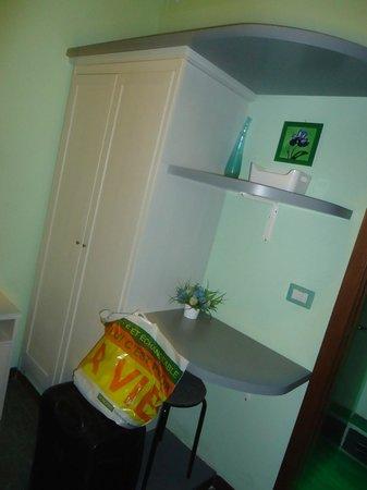 Bed & Breakfast Rhome86: pequeño placard y escritorio