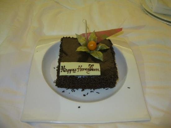 Royal Orchid Sheraton Hotel & Towers: Surprise Honeymoon chocolate cake