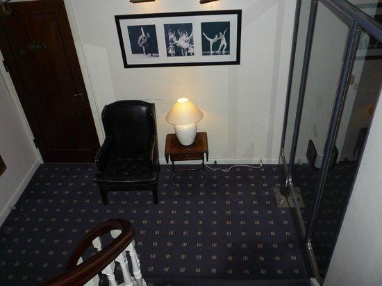 Hotel Opera: 各界の部屋には右手のガラス戸から入ります.