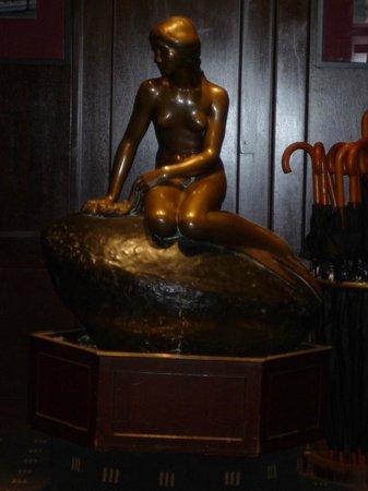 Hotel Opera: 入口には人魚姫像がありました.
