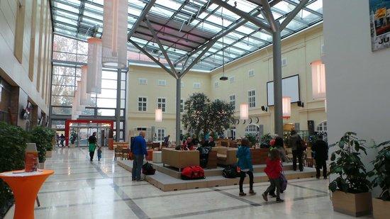 JUFA Hotel Wien City: Der großzügig gestalltete Empfangsbereich/Businesslounge