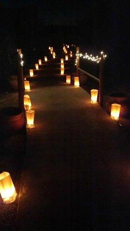 Casa Grande, AZ: Lit path to our suite (Sierra)