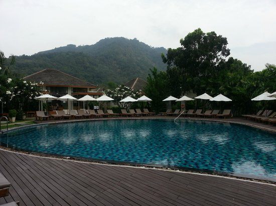 Metadee Resort and Villas: Pool area with mountain view, taken in early morning