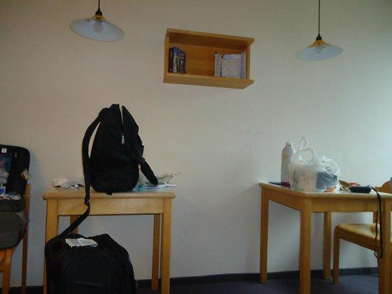 YMCA Youth hotel: mesitas y sillas en la habitación