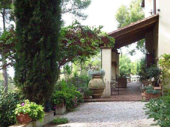 Relais Poggio Ai Santi: side patio of the hotel