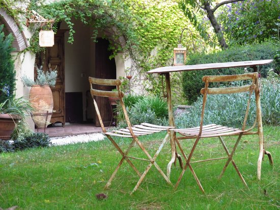 Relais Poggio Ai Santi: Sitting area in the lovely garden