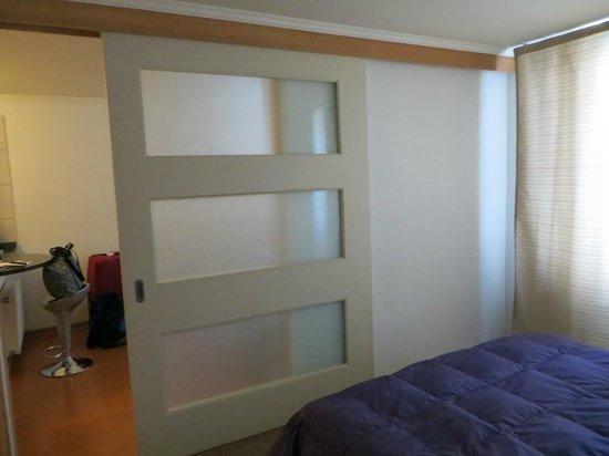 Nativa Suites - Amunategui: Door between sitting area and bedroom