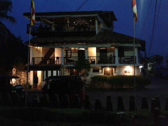 Fort Dew Guest House: Fort Dew at night