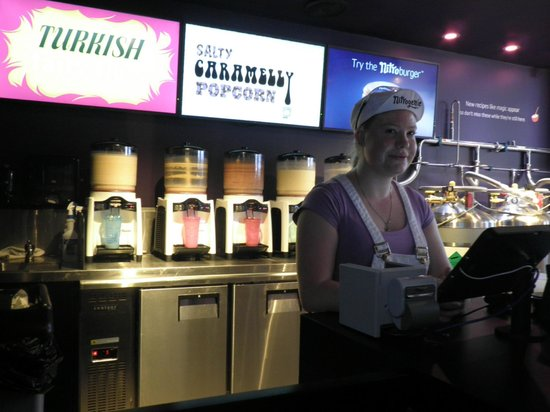 Nitrogenie: Friendly & smilling server at the counter