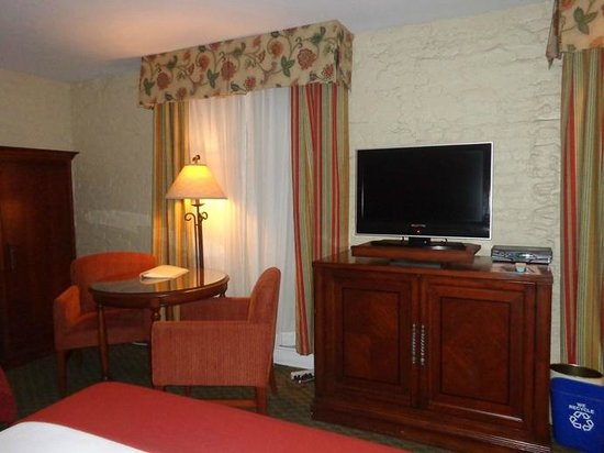 Holiday Inn Express Santa Barbara : tv and round table
