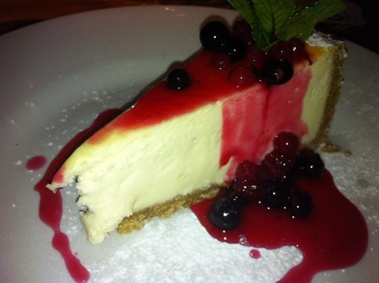 The White Swan: cheesecake with berry compote