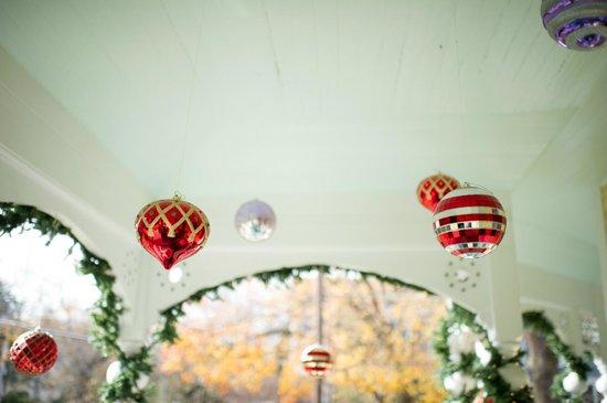 Sugar Magnolia Bed & Breakfast: Porch decorations