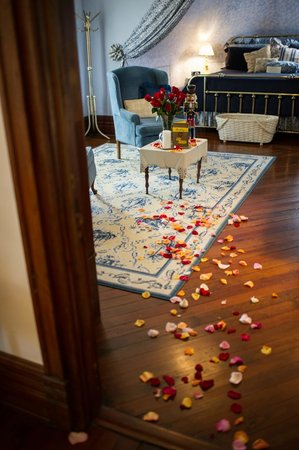 Sugar Magnolia Bed & Breakfast : Proposal room set up