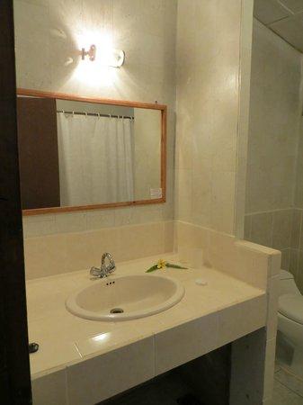 Tupa Hotel: Bathroom