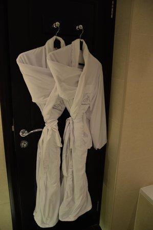 JA Jebel Ali Beach Hotel : халаты в номере