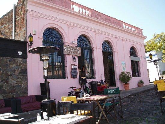 Casa Grande Bistro: La façade avec la petite scène pour les musiciens et vous payez systématiquement pour le concert