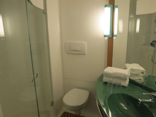 Ibis Genève Aéroport : Bathroom + WC