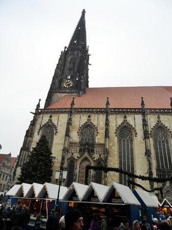 Münster, Alemania: Kerstmarkt bij de kerk .