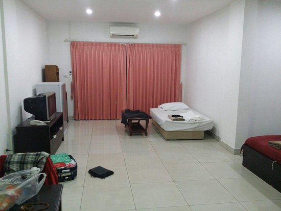 Jomtien Hostel Hotel: Our huge room!!!