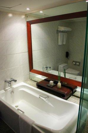 Pullman Bangkok Hotel G: Bañera con sales