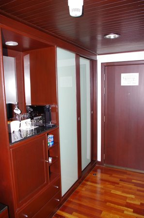 Pullman Bangkok Hotel G: Zona nevera bar y armario