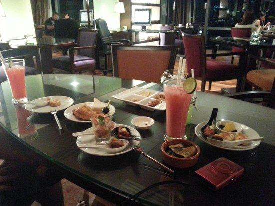 Pullman Bangkok Hotel G: Picoteo y cóctel en el Executive lounge