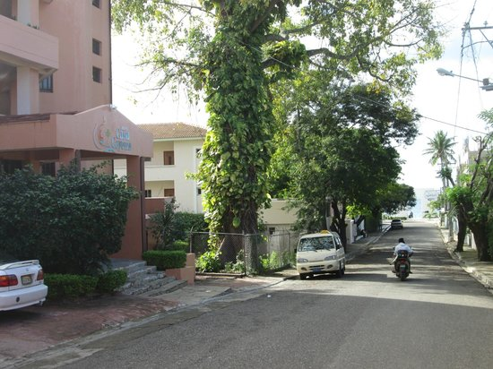 Hotel Casa Cayena: Hotel with beach at end of street