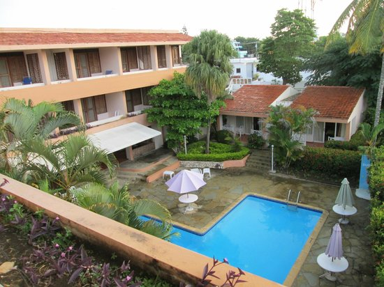 Hotel Casa Cayena: View from balcony of room looking over pool area