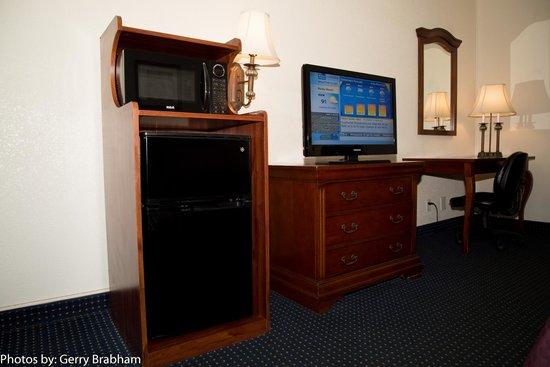 Rocky Mount Inn: Microwave, Refrigerator & workdesk