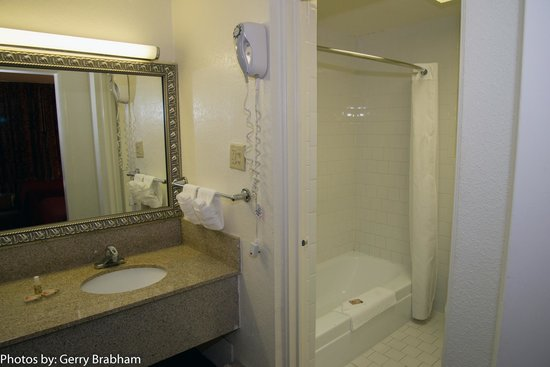 Rocky Mount Inn: Bathroom with separate sink area