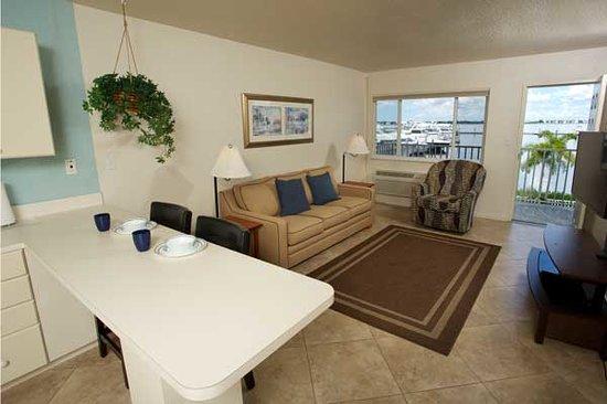 Legacy Harbour Hotel & Suites: Suite Living Room