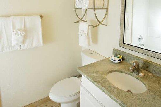Legacy Harbour Hotel & Suites: Bathroom